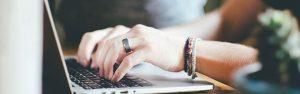 manos+laptop